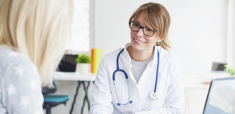 Schönheitschirurgin klärt Patientin in einem Beratungsgespräch auf.