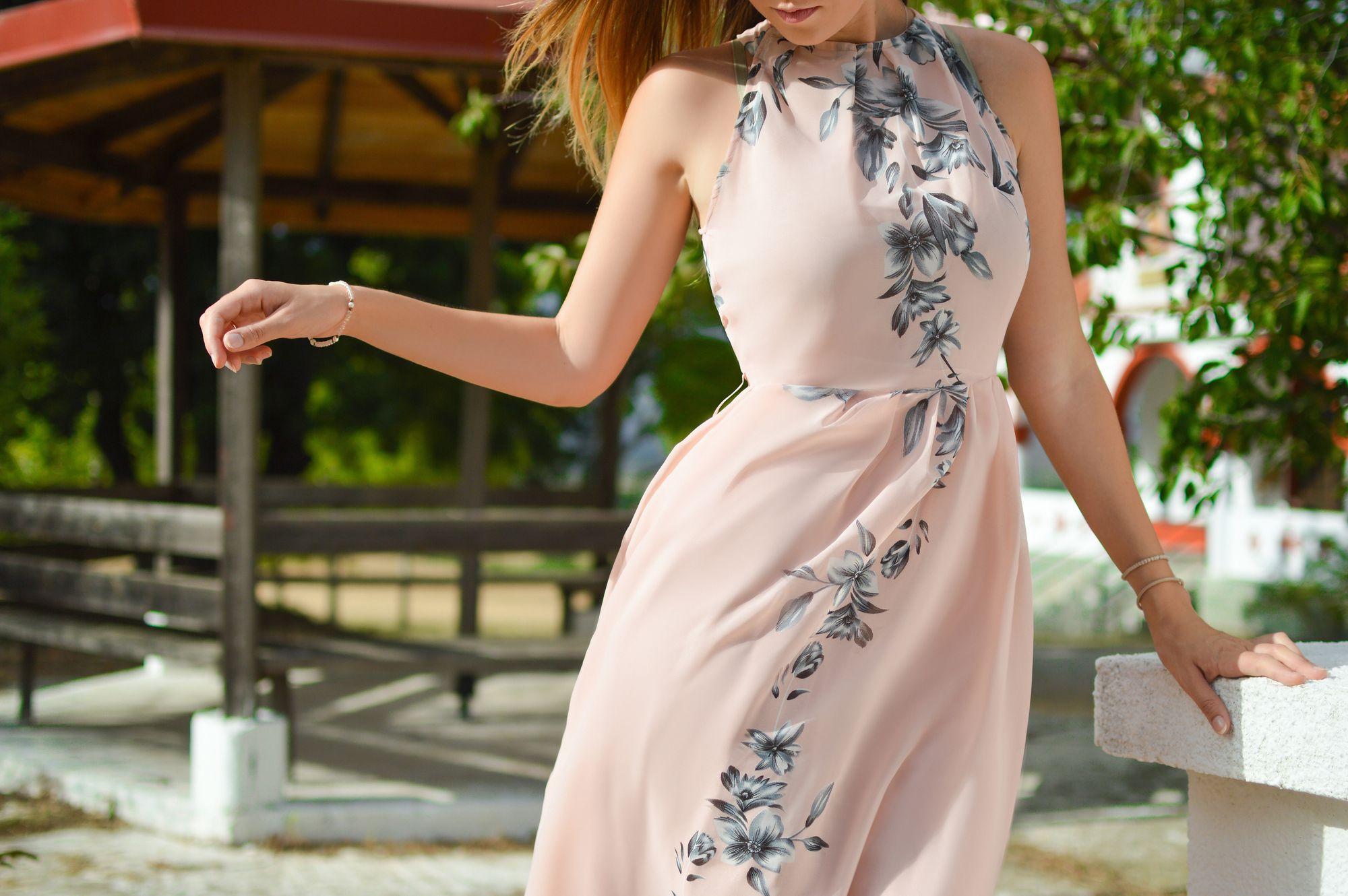 Oberarmstraffun: Frau im Sommerkleid mit nackten Armen